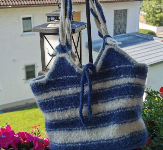Blau-weisse Umhängetasche (maritimer Stil)