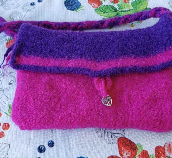 Schmale Umhängetasche in pink/lila